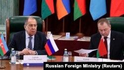 Орусиянын башкы дипломаты Сергей Лавров менен Беларустун тышкы иштер министри Владимир Макей, Москва, 2-апрель 2021-жыл.
