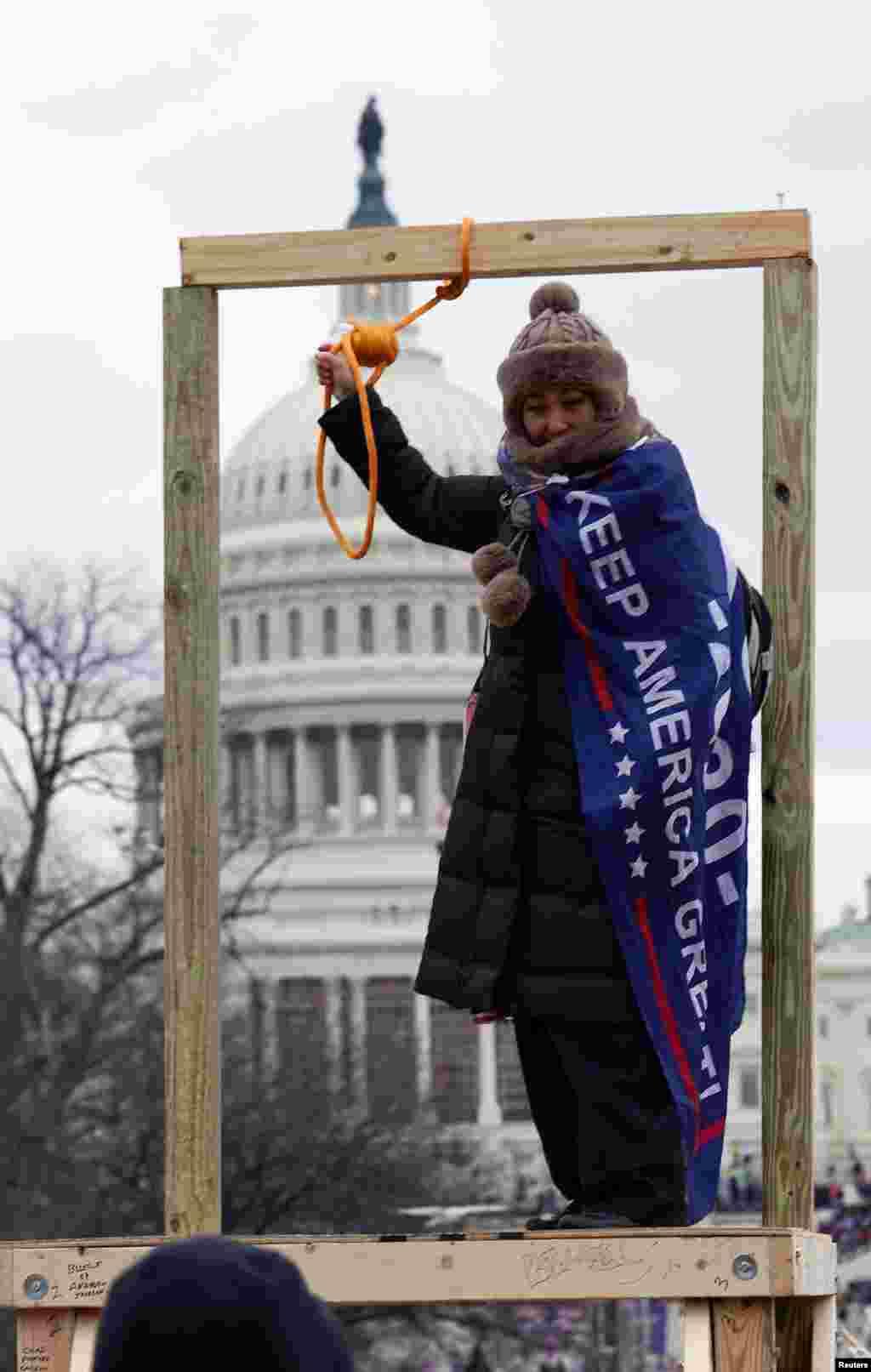 Pristalica američkog predsjednika Donalda Trumpa drži omču ispred zgrade američkog Kapitola u Washingtonu, SAD, 6. januara 2021. godine.