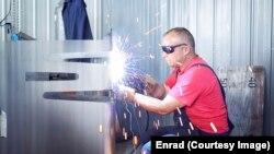 Një punëtor i kompanisë Enrad.