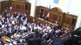 """Украин депутаттар """"тіл үшін"""" төбелесті"""