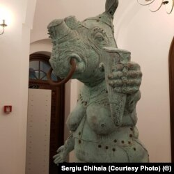 Lucrarea sculptorului Radu Panait, Cheap thrills, detaliu (foto: Sergiu Chihaia)