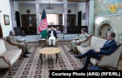 افغان ولسمشر محمد اشرف غني د مې پر ۱۰مه د پاکستان له لوی درستیز جنرال قمر جاوید باجوه او د بریتانیا له لوی درستیز جنرال سرنیک کارټر سره په ارګ کې وکتل.