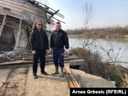 Svi članovi Kluba u stalnom su kontaktu (na fotografiji Srđan Joskić i Muris Suljić ispred ruševina Kluba)