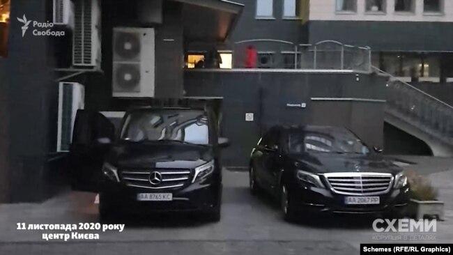 Цей же Mercedes журналісти зустріли в центрі Києва вже наступного дня, запаркованим разом з тим же мікроавтобусом супроводу