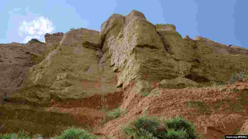 І зверху – пухкі глинисті породи з шарами галькових відкладів. Вони дуже схожі на неприступні мури