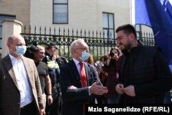 Посол Украины в Грузии Игорь Долгов (в центре)