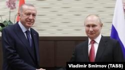 Президент Туреччини Реджеп Тайїп Ердоган (л) і президент Росії Володимир Путін (л) під час зустрічі в резиденції «Бочаров ручей» у Сочі, Росія, 29 вересня 2021 року