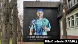 Mural na zidu XIII beogradske gimnazije u znak sećanja na anesteziologa, lekara Kliničkog centra Srbije, Nenada Maksimovića,.