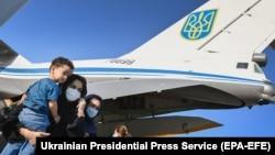 Евакуйовані з Афганістану, яких знайшли і привели на територію аеропорту в Кабулі спецпризначенці ГУР МО. Україна, аеропорт Бориспіль, 22 серпня 2021 року