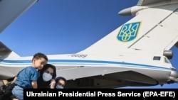 Самолет с эвакуированными из Кабула после посадки в киевском аэропорту Борисполь.