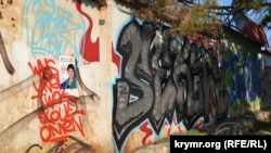 Агитационными плакатами кандидата в Госдуму от единороссов заклеили даже стены со стрит-артом