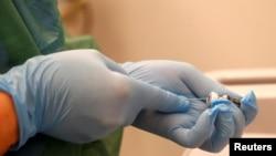 Медицинский работник готовит вакцину Pfizer / BioNTech COVID-19 против коронавирусной болезни.