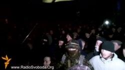 «Правий сектор» вдягнувся у «Беркут», люди мобілізувалися на Майдан