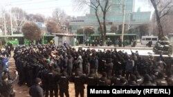 Алматыдагы полициянын курчоосунда калган митингчилер. 28-евраль, 2021-жыл