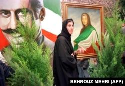 پرستو فروهر، در مقابل تصاویری از پدر و مادرش در تهران/ چند هفته پس از قتل فجیع آنها در آذرماه ۷۷