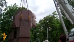 Lenin Monument Dismantled In Dnipropetrovsk