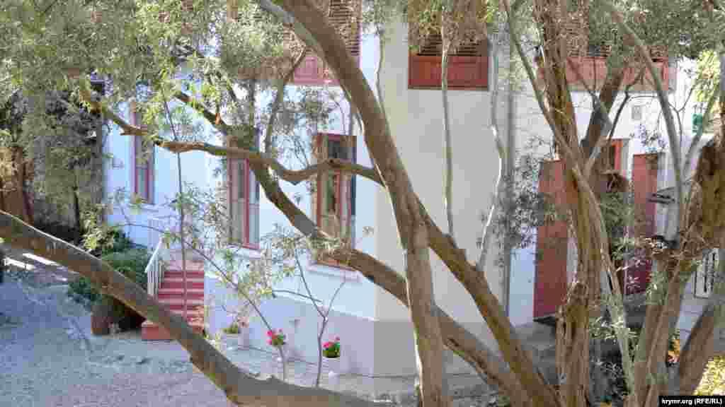 Флігель «дихає» свіжопобіленими стінами крізь гілки вікових оливкових дерев