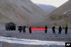 """Китайские пограничники в Аксайчине с предупреждающим баннером: """"Вы перешли границу. Пожалуйста, идите назад!"""""""