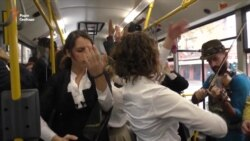 Сербські театрали використовують автобуси як сцену для міжетнічного порозуміння (відео)