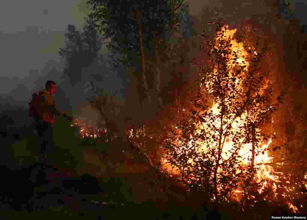 A helyi erdővédelmi szolgálat emberei is próbálják oltani a tüzeket