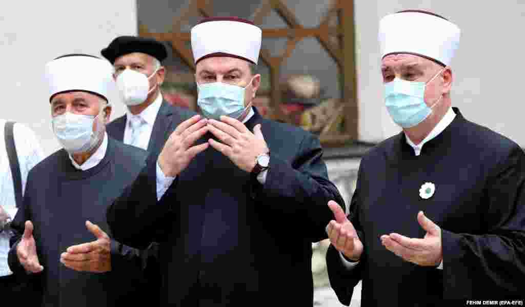 Лидер мусульманской общины Боснии, Верховный муфтий Хусейн Кавазович (справа), перед главной мечетью Сараево на утренней молитве