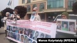 Халида Акытхан (справа) протестует перед Банком Китая в Казахстане, заступаясь за своих сыновей, заключенных в тюрьму в Синьцзяне. Алматы, 6 мая 2021 года
