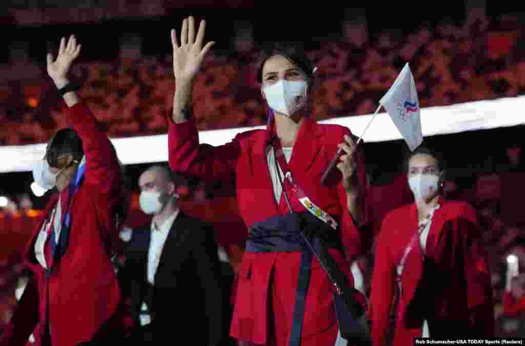 Орусиянын курама командасы өлкө туусу менен эмес, Улуттук олимпиада комитетинин символикасы менен чыкты. Анткени кызытма жаңжалынан кийин Спорттук арбитраждык сот Орусияга мамлекеттик символдорду колдонууга 2022-жылдын 16-декабрына чейин тыюу салган.
