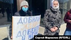 Ветеран великой отечественной войны Николай Бакинов (с плакатом), который за время борьбы потерял жену и переехал на съемную квартиру
