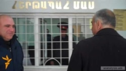 Րաֆֆի Հովհաննիսյանը Դիլիջանում մտել է ոստիկանություն եւ ՀՀԿ գրասենյակ