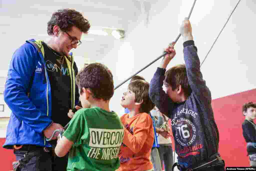 """Iulian Farcaș, instructor la Climb Again, vorbește cu copiii cu deficiențe de auz de la Școala Profesională Specială pentru Deficienți de Auz """"Sfânta Maria""""."""