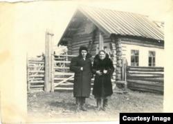 Vasile și Maria Ghieș, lângă casa pe care și-au ridicat-o în Siberia. 1956. Regiunea Tomsk, raionul Pudino, satul Leașkino