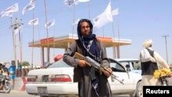 Боец «Талибана» в пригороде Кабула, 14 августа 2021 года