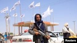 "Боец ""Талибана"" в пригороде Кабула. 14 августа 2021 года."
