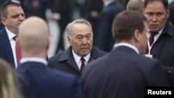 Бывший президент Казахстана Нурсултан Назарбаев (в центре) в Москве, 9 мая 2019 года.