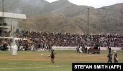 Talibanski borci i hiljade stanovnika Kabula gledaju kako hirurzi odsecaju ruku lopovu i pale hašiš na nacionalnom stadionu 1998.