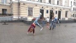 Запорізькі гімнасти тренувалися під стінами мерії – тренувального майданчика вони не мають (відео)