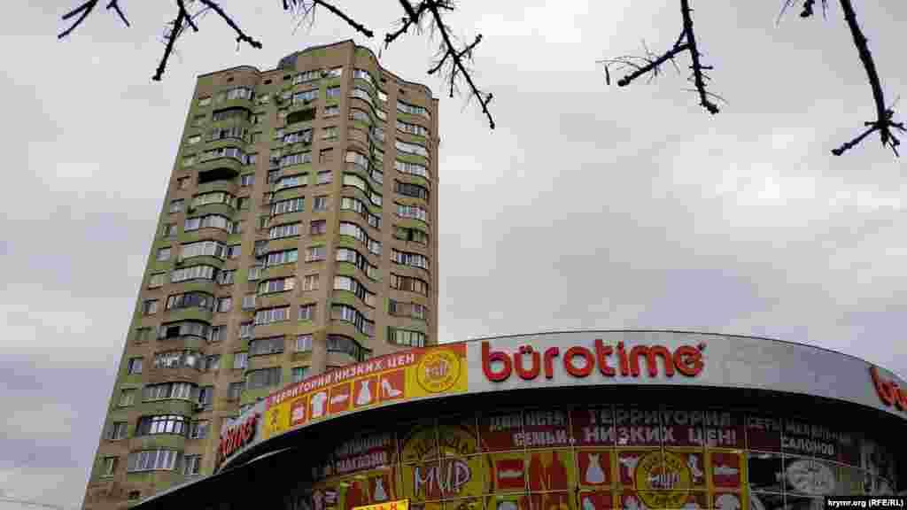 Житловий 20-поверховий будинок, зведений методом підняття поверхів. Вважається найвищою житловою спорудою Сімферополя. Цю будівлю можна побачити, перебуваючи від неї за декілька кілометрів
