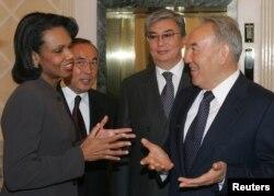 Президент Казахстана Нурсултан Назарбаев (справа) встречается с госсекретарем США Кондолизой Райс, на втором плане: посол Казахстана в США Канат Саудабаев (второй слева) и министр иностранных дел Касым-Жомарт Токаев. Астана, 13 октября 2005 года.