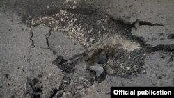 Հրթիռակոծման հետևանքով քանդված ճանապարհ Ստեփանակերտում, 2-ը հոկտեմբերի, 2020թ.
