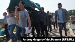 Похороны одного из погибших при стрельбе в казанской школе