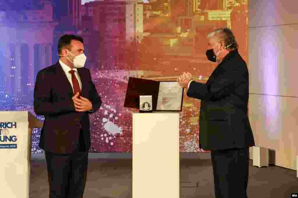 МАКЕДОНИЈА - Премиерот Зоран Заев, на кој денеска во Берлин му беше врачена наградата за човекови права за 2020 година на Фондацијата Фридрих Еберт, потенцираше дека парите од наградата ќе ги донира во нашиот државен здравствен солидарен фонд во борба против Ковид 19. Заев денеска се сретна и со германскиот допломат Хајко Маас во врска со ветото од Бугарија за преговарачката рамка за Македонија.