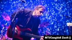 Mihály Tamás basszusgitáros az Omega megalakulásának 50. évfordulója alkalmából tartott turné koncertjén, Debrecenben, 2012. december 30-án.