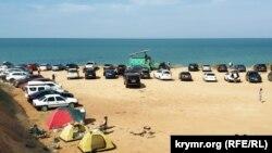 Стихійна автостоянка на пляжі в Німецькій балці