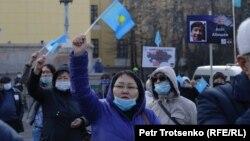 Шоқан Уәлиханов ескерткіші алдына митингіге жиналғандар. Алматы, 31 қазан 2020 жыл.