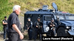 Specijalna policija Kosova sa oklopnim vozilima na Jarinju, Kosovo, septembra 2021.