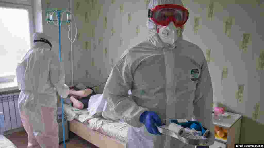 В санатории работает около 20 врачей, 20 медсестер и 15 санитаров