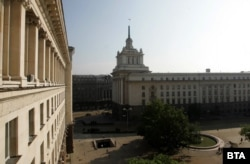 След отстраняването на петолъчката, на върха на сградата се вее националното знаме