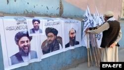 کابل کې د طالبانو بیرغونه او د دغې ډلې د مشر، مرستیال او د بهرنیو چارو وزارت د سرپرست انځورونه