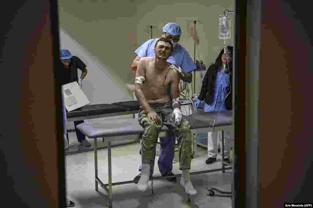Медики оказывают помощь раненому солдату в больнице под Степанакертом. 14 октября 2020 года.
