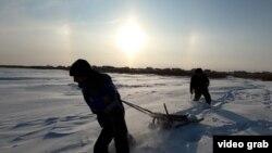 Într-un sat etnic tătăresc din regiunea rusă Omsk, apa potabilă provine din gheața unui lac local, care este tăiat iarna, transportat și depozitat pentru utilizare pe tot parcursul anului. Este o afacere bună pentru cei care fac munca grea de colectare a gheții, iar localnicii susțin că apa curată contribuie la longevitatea lor.